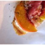 Vor dem Essen ist nach dem Essen: Crostini mit Pfirsich & Prosciutto