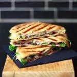 Ein Happen zwischendurch: Warmes Sandwich mit Brie & Johannisbeeren