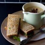 Cheddar-Karfiolsuppe mit warmem BLT-Sandwich