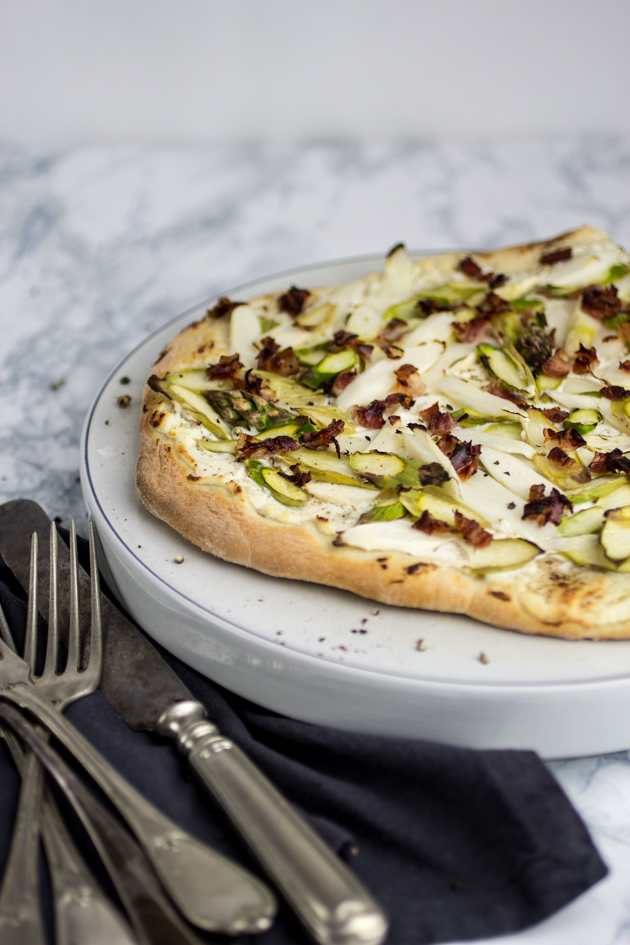 Grün-weiße Spargelpizza mit Speck
