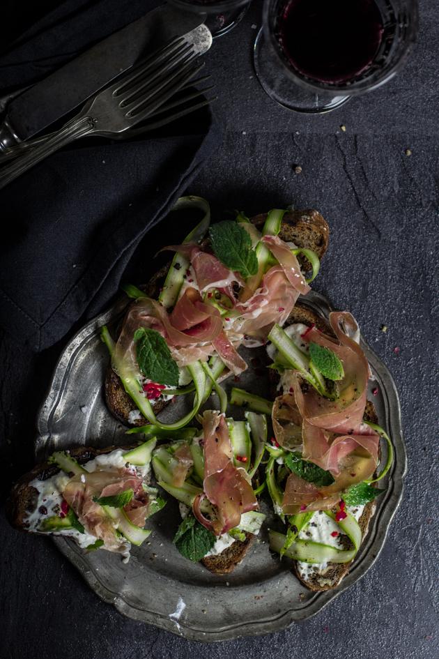 Crostini mit Spargel und Prosciutto