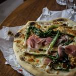Pizza bianca mit gebratenem Frühlingszwiebeln und Prosciutto