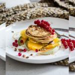 Ricotta-Pancakes mit Thymian und frischen Früchten