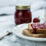 Erdbeere-Marmelade mit schwarzem Pfeffer & Kardamom