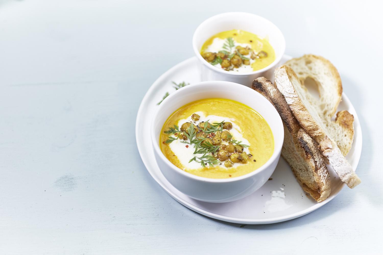 Karotten-Orangen-Suppe mit gerösteten Kichererbsen