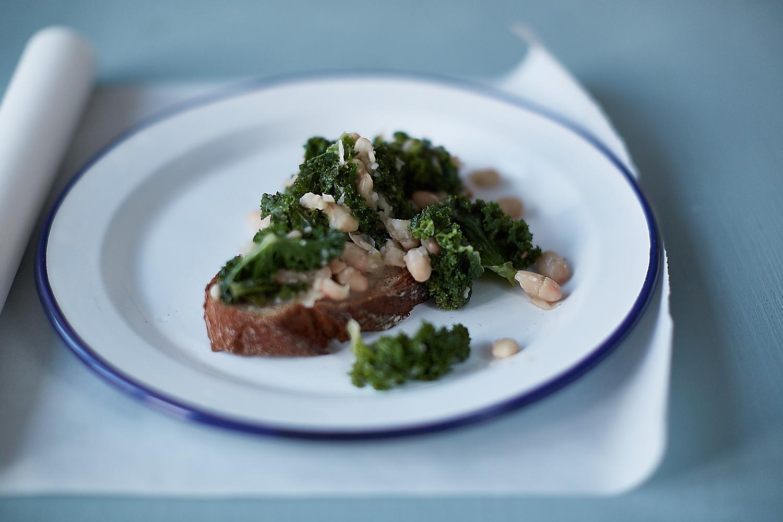 Bruschetta mit Kale und weißen Bohnen