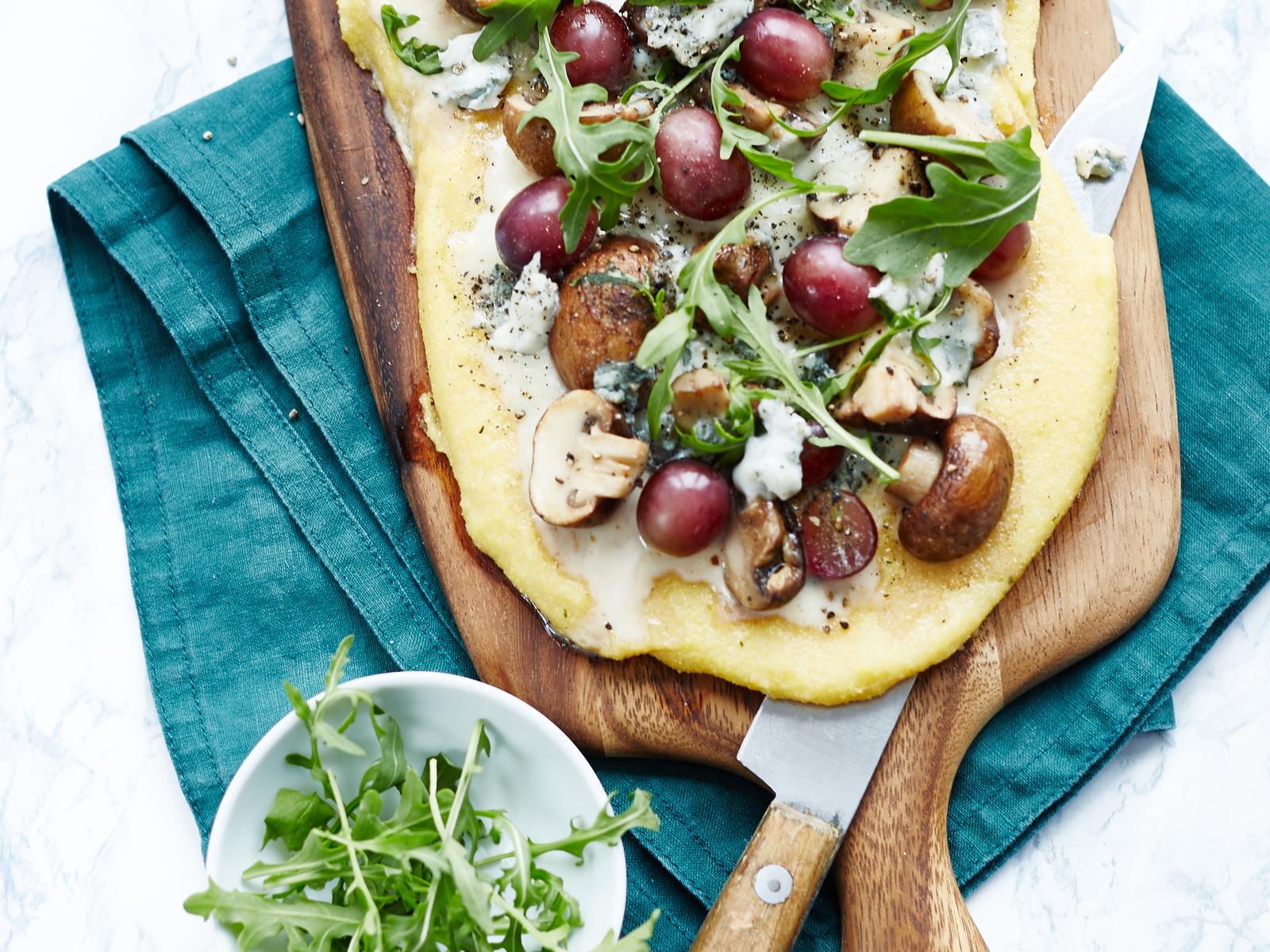 Polentapizza mit Pilzen & Trauben