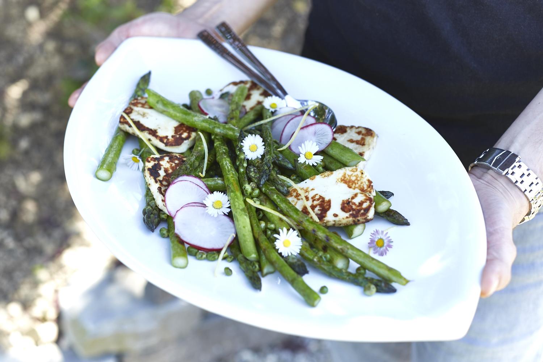 Warmer Spargel-Salat mit Haloumi