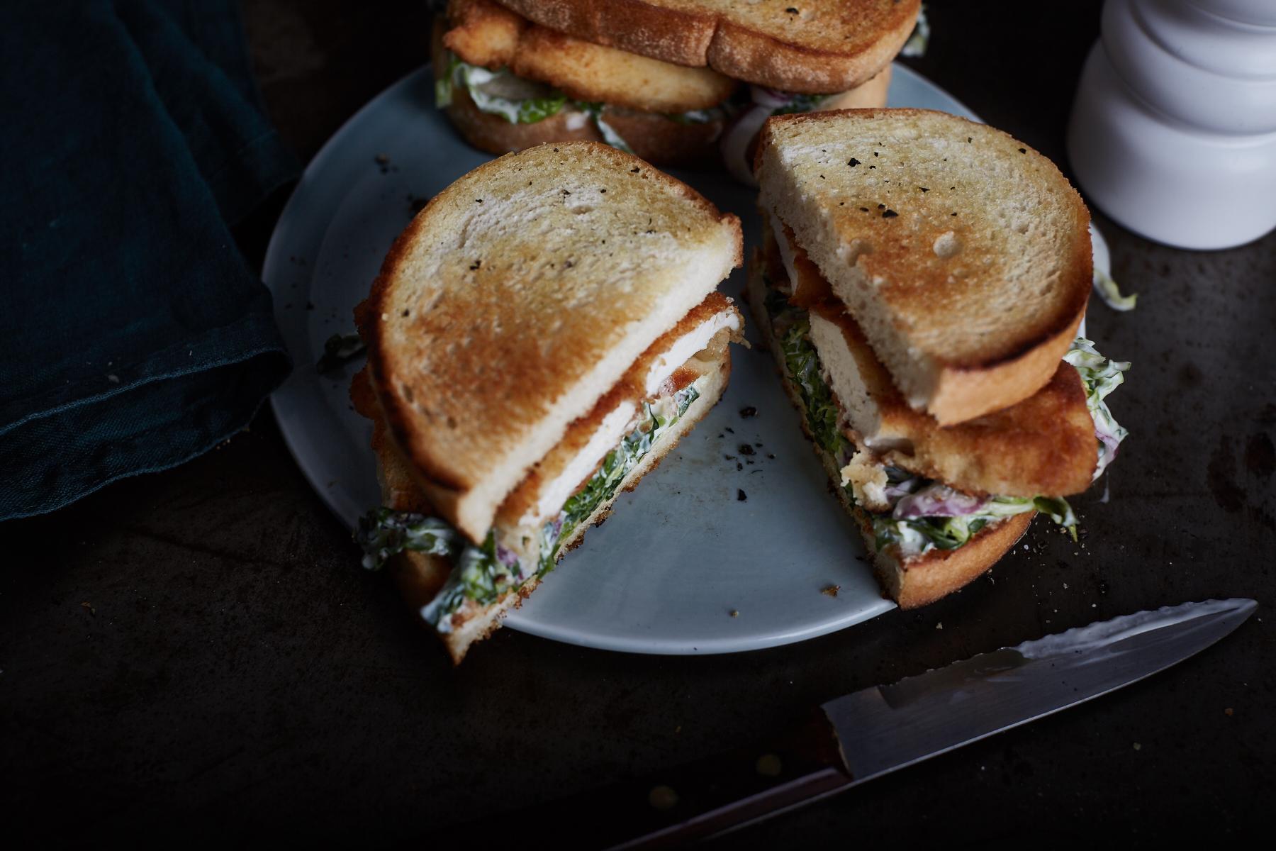 Schnitzelsandwich mit Wirsing Cole Slaw