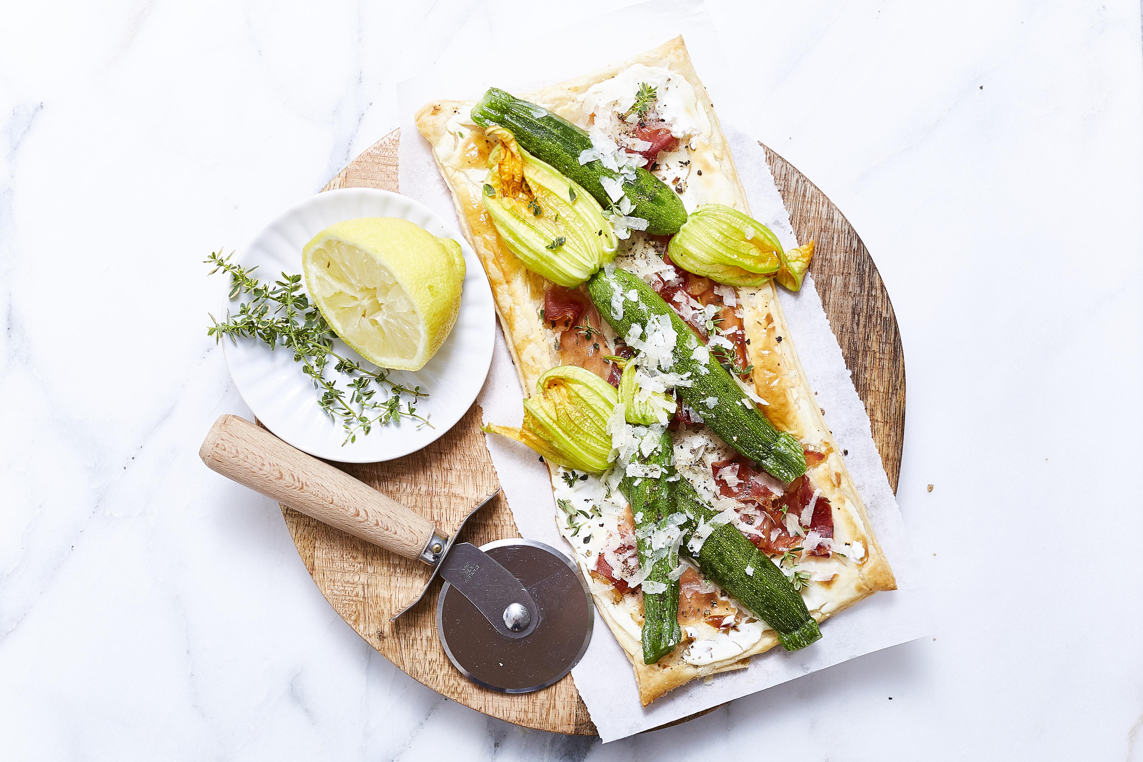 Zucchiniblüten_ja! natürlich_blätterteig pizza_ 1