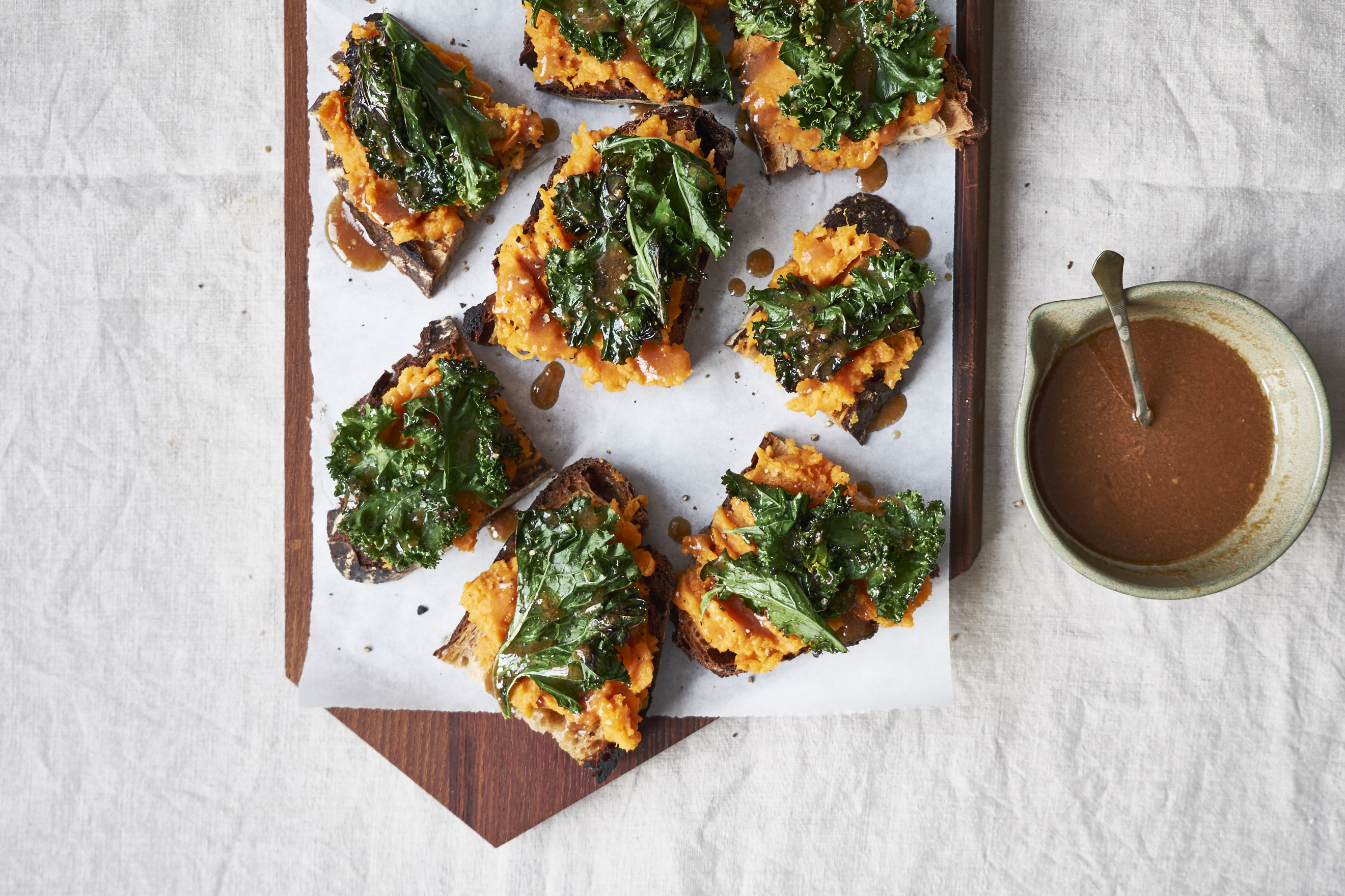 Süßkartoffel-Brote mit Grünkohl und Miso-Dressing