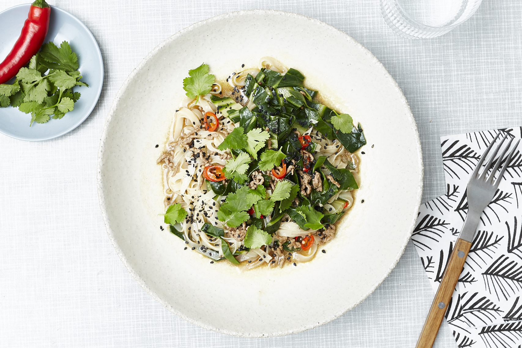 Schnell & scharf: One Pot Reisnudeln mit Mangold und Miso