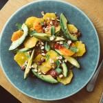 Orangen-Avocado-Salat mit gerösteten Haselnüssen