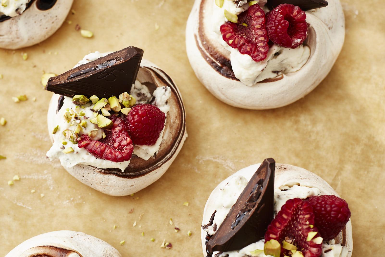 Zweierlei Mini-Pavlovas mit Schokolade & frischen Früchten