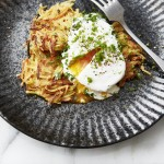 Karotten-Pastinaken-Puffer mit pochiertem Ei und Kräuterdip
