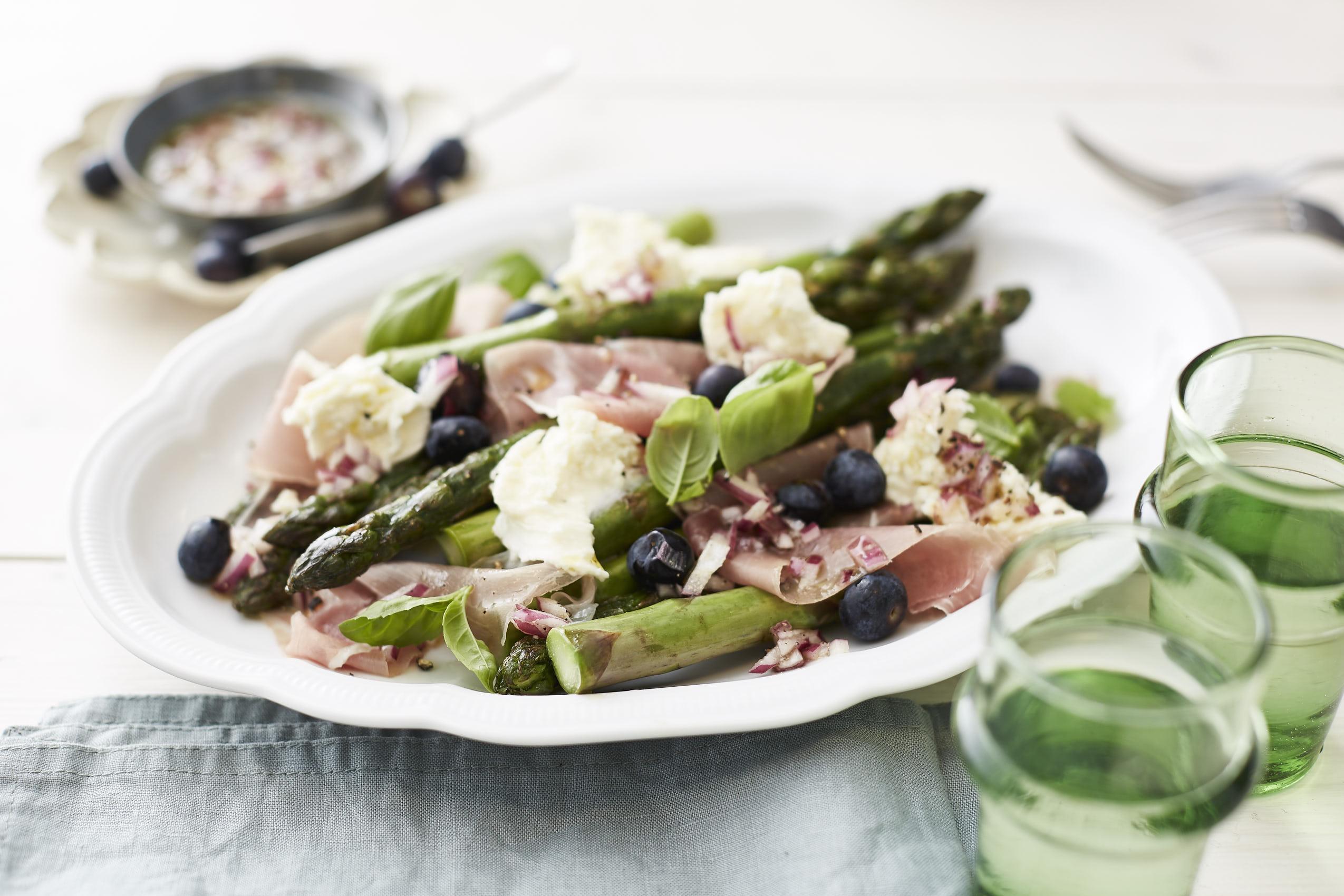 Gebratener Spargelsalat mit Prosciutto, Mozzarella und Heidelbeeren