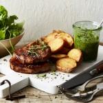 Minutensteaks mit Salsa Verde und Ofenkartoffeln