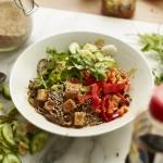 Schnelle Sobanudeln mit Erdnusssauce und Tofu