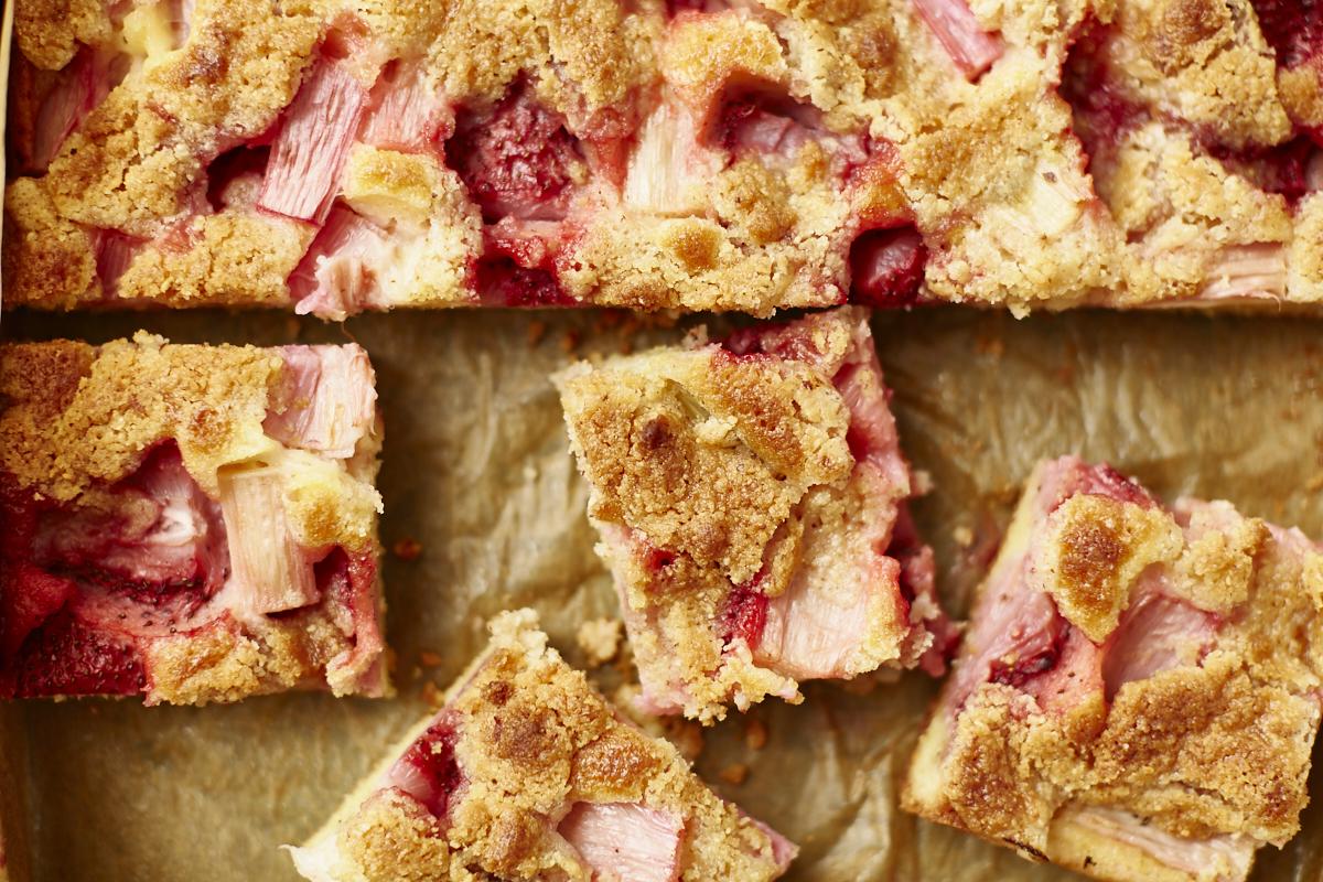 rhabarber-kuchen-blechkuchen-erdbeeren-rezept- 1