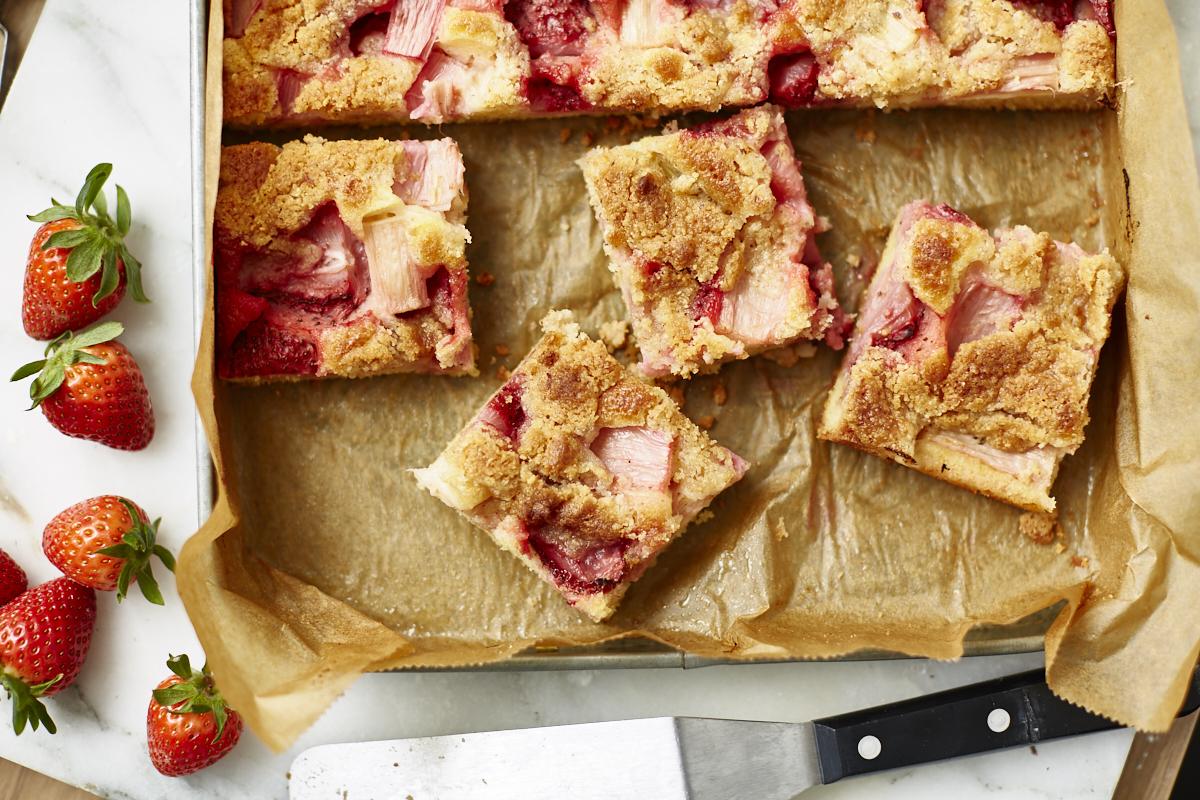 Rhabarber-Erdbeer-Streuselkuchen vom Blech