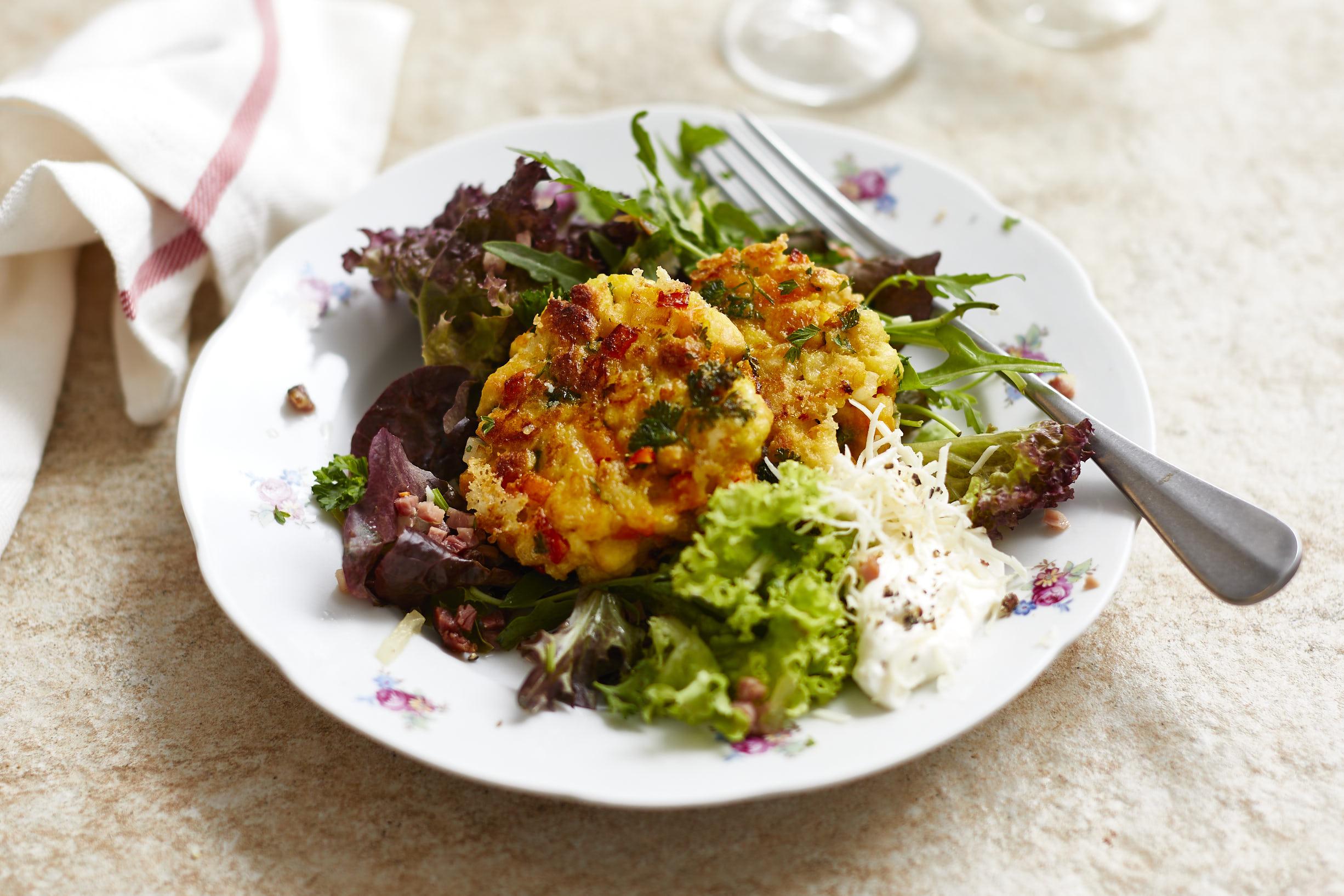 Kürbis-Kaspressknödeln mit Salat, Speckvinaigrette und Krenrahm
