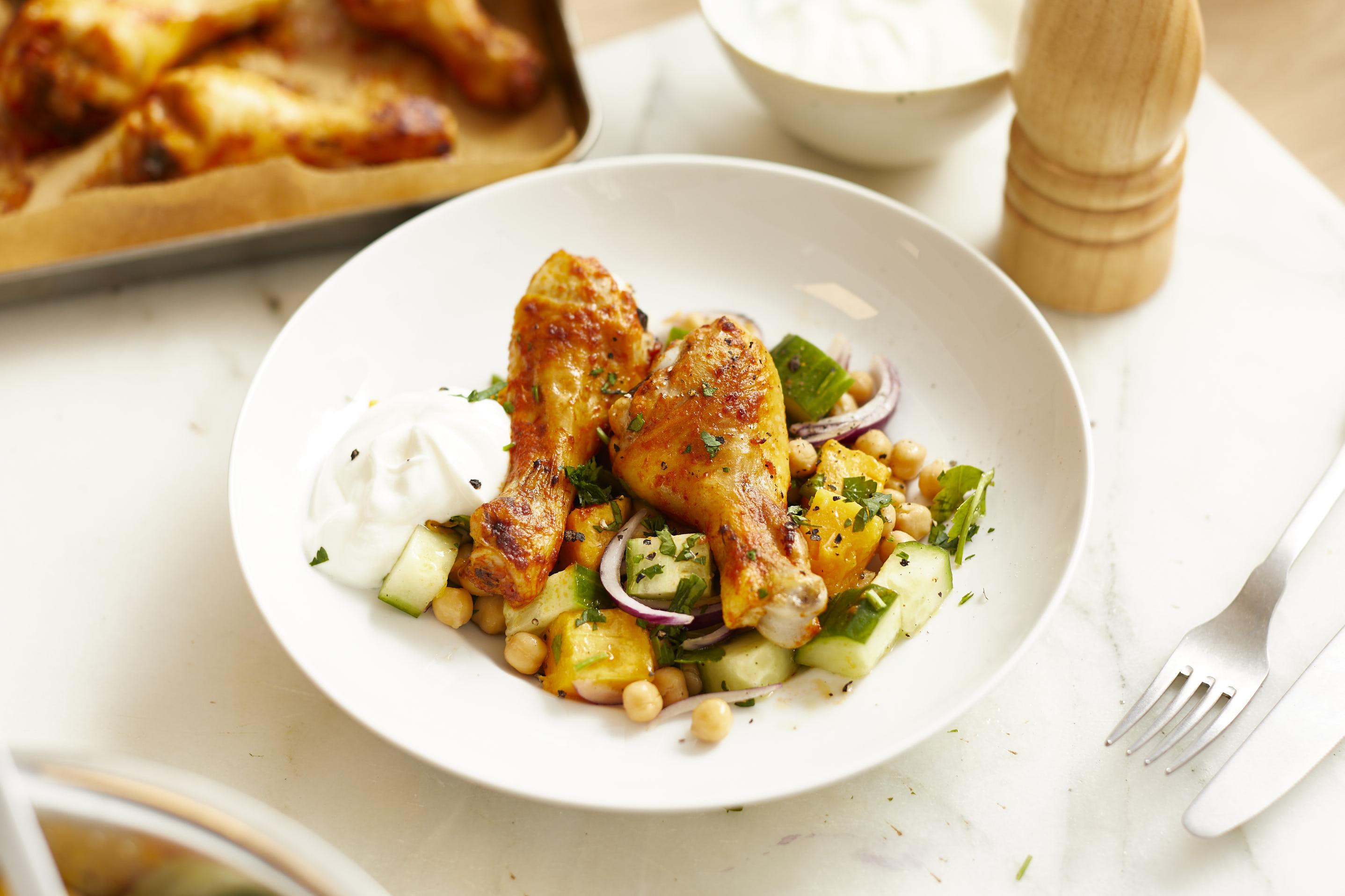 Alles von einem Blech: Harissa Hähnchen mit lauwarmen Kürbis-Kichererbsen-Salat