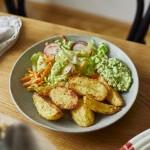 Knusprige Ofenkartoffeln mit Avocado-Dip und Regenbogensalat