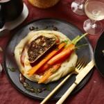 Vegetarischer Weihnachtsbraten mit Kartoffelpüree und vegetarischer Bratensauce