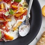 Marillen-Tomaten-Salat mit Ziegenkäse und sauren Zwiebeln