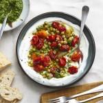 Geröstete Tomaten mit Kichererbsensalat und Joghurt